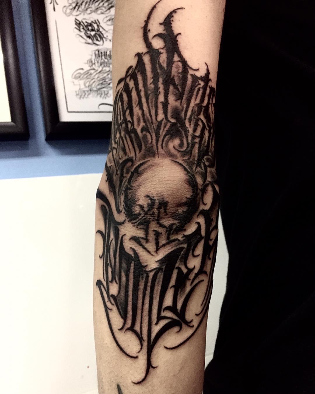 天津铁坨里地理老师勾先生手肘英文花体字纹身图案图片