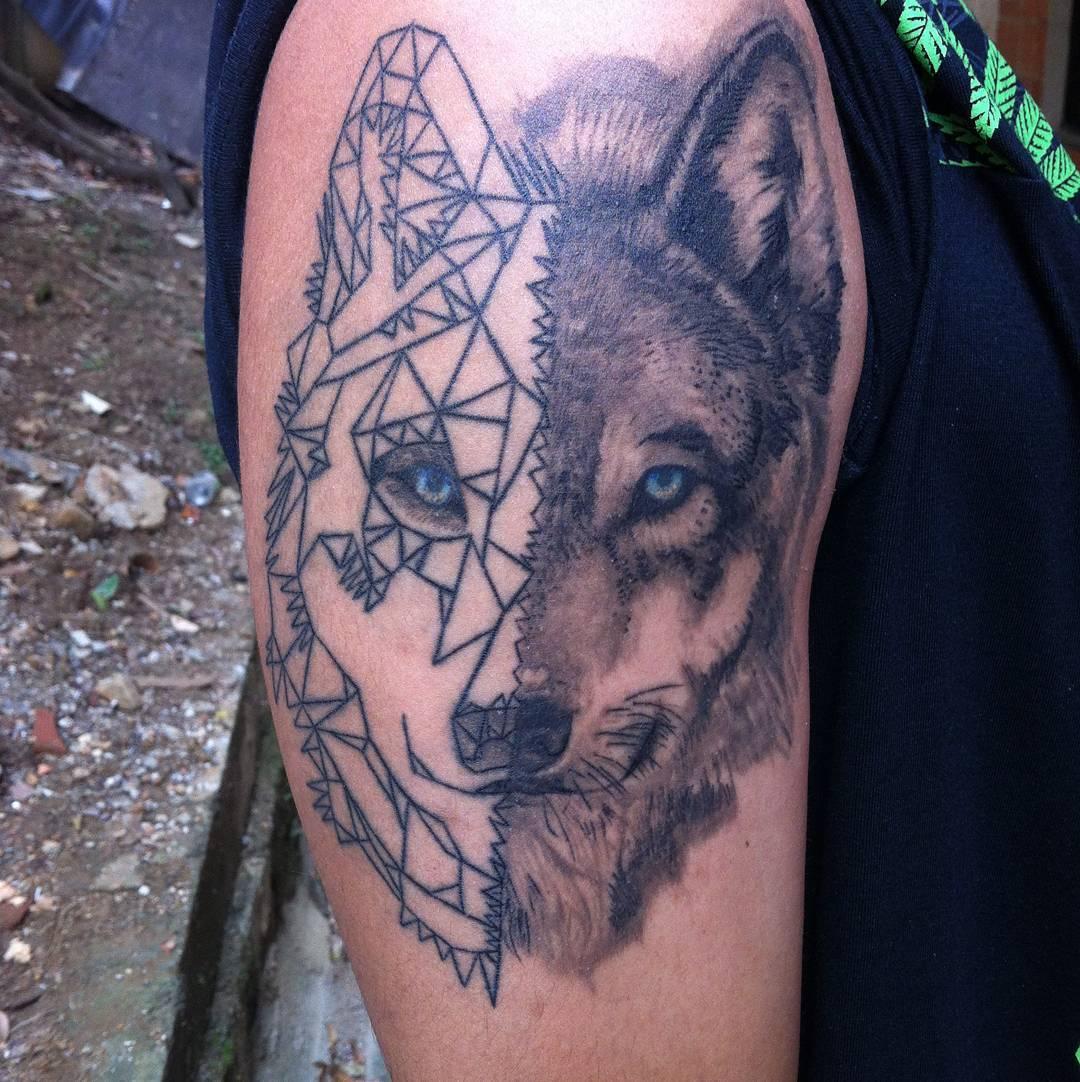 天津泰达星海湾做翻译公司的姜先生大臂狼纹身图案