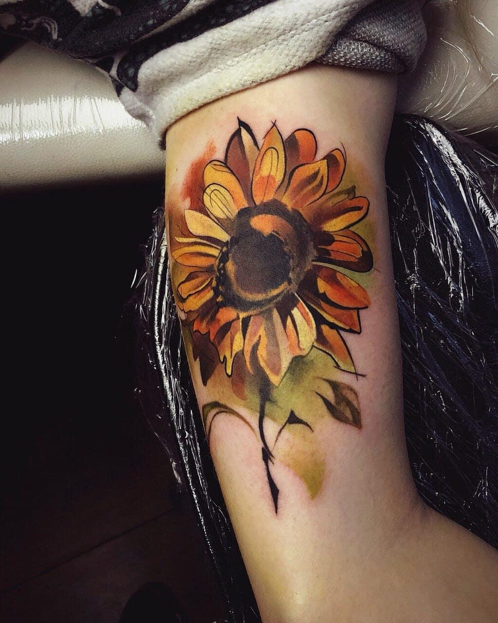 大臂彩色太阳花纹身图案