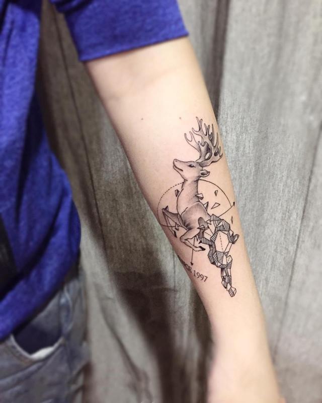 小臂黑灰几何图形麋鹿纹身图案