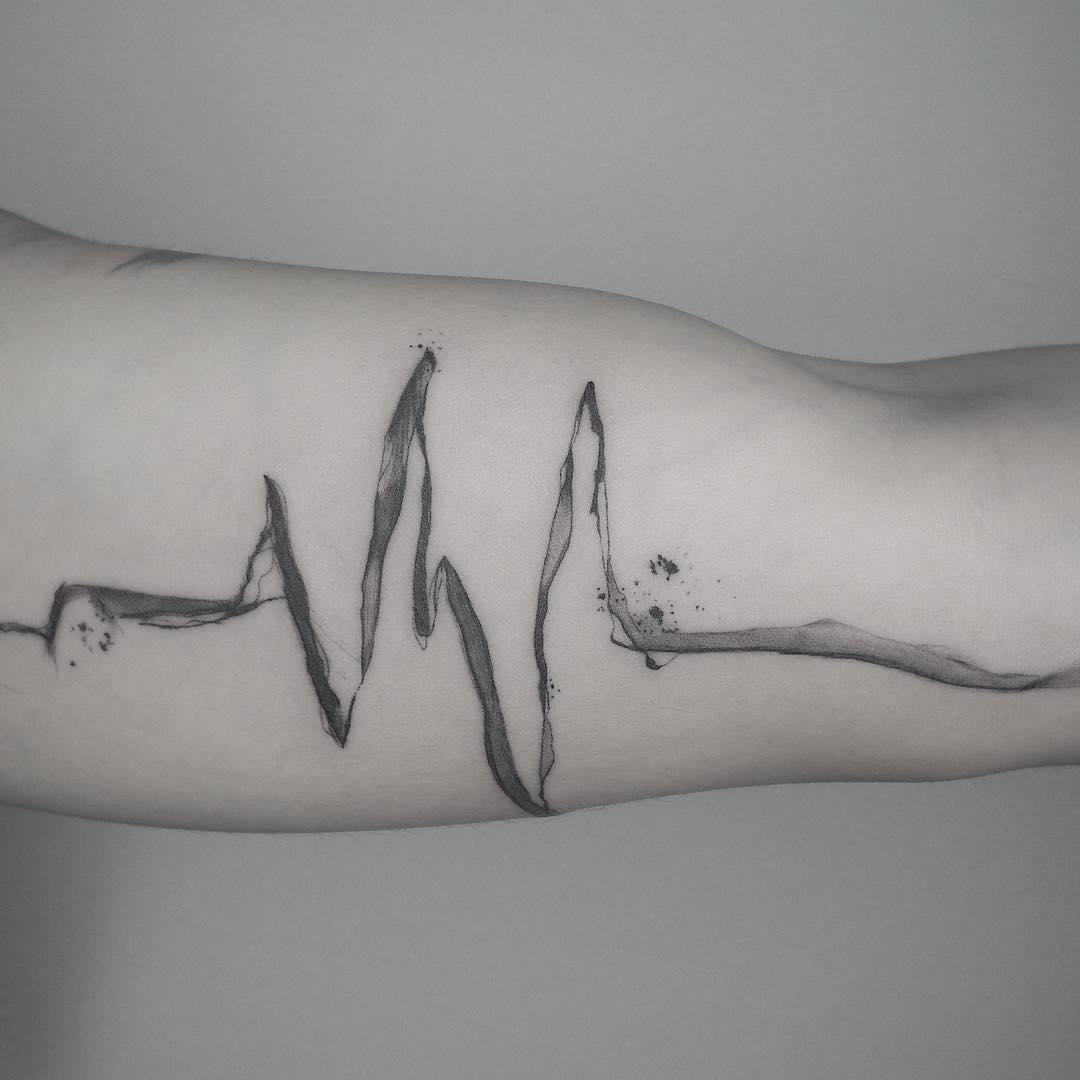 大臂黑灰水墨心电图纹身图案